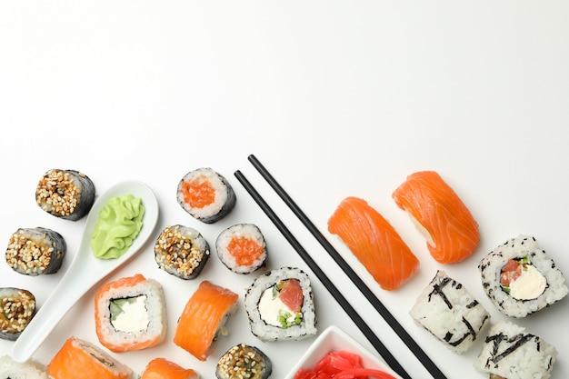 Rolos de sushi delicioso na superfície branca. comida japonesa Foto Premium