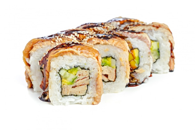 Rolos de sushi japonês em um fundo branco Foto Premium