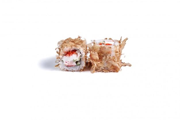 Rolos de sushi japonês isolados no branco Foto Premium