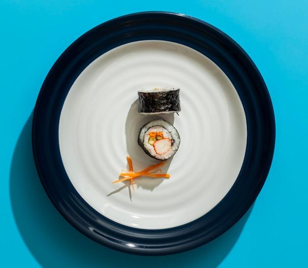 Rolos de sushi maki no prato minimalista Foto gratuita