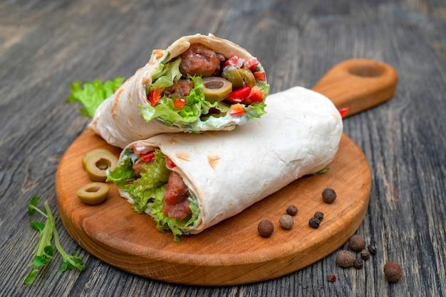 Rolos frescos com legumes e carne. Foto Premium