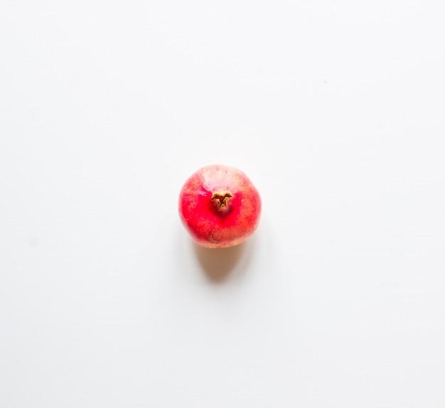 Romã frutas em fundo de madeira rústica, Foto Premium