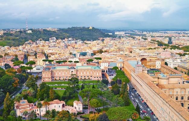 Roma panorama edifício à noite, roma vista do telhado com arquitetura antiga na itália Foto Premium
