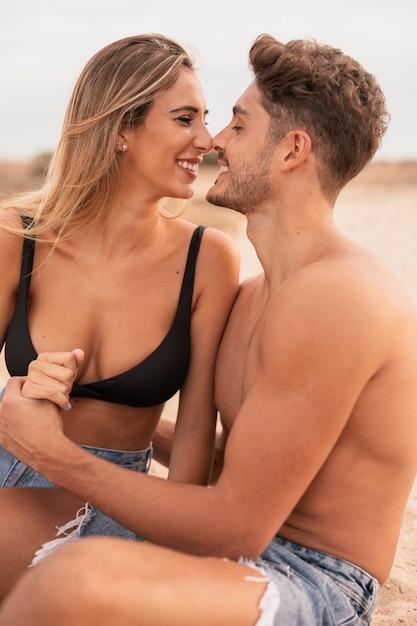 Romance de casal jovem vista frontal Foto gratuita
