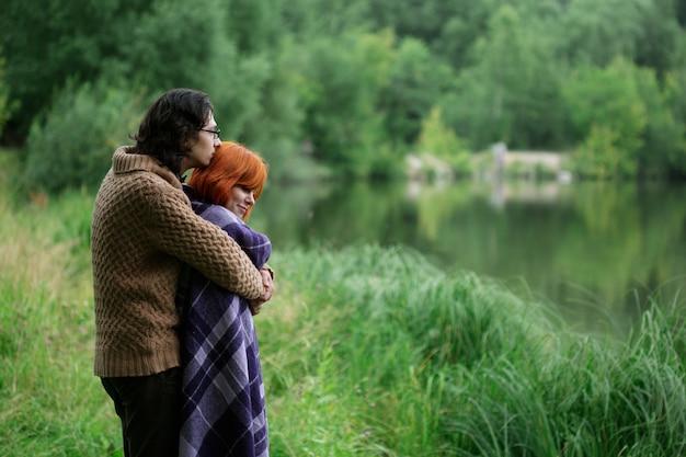 Romântico casal apaixonado, descansando na natureza Foto Premium