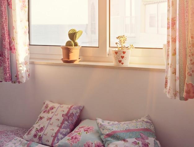 Romântico quarto rosa interior para uma menina Foto Premium