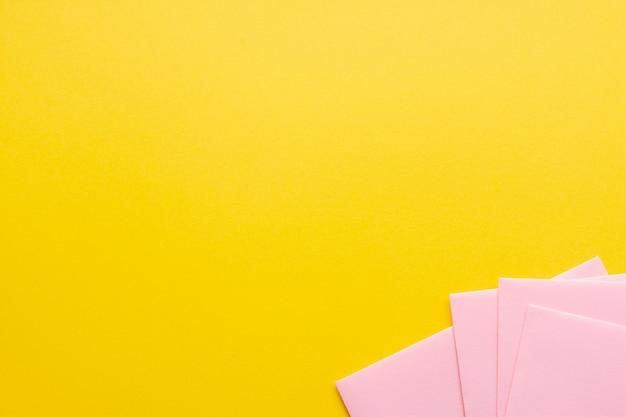 Rosa conjunto de folhas de papel com espaço de cópia Foto gratuita