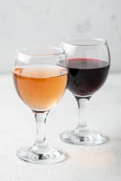 Rosa de ângulo alto e vinho tinto para degustação Foto gratuita