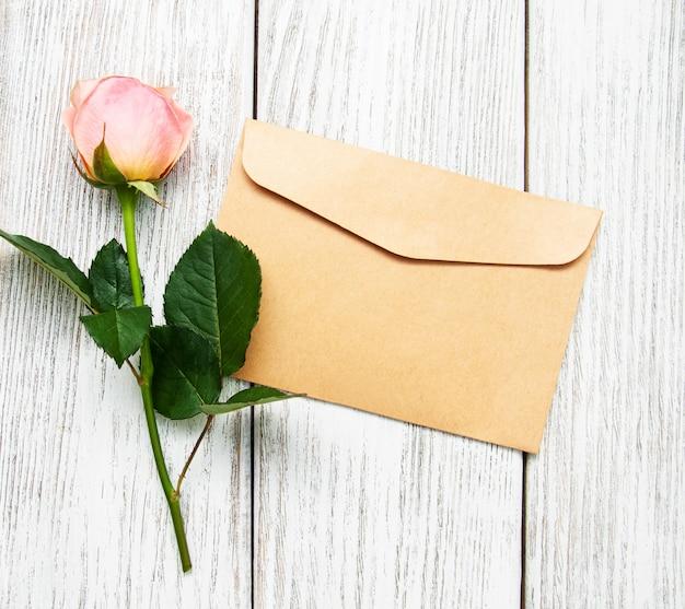 Rosa rosa e envelope Foto Premium