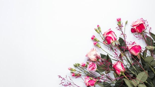 Rosa rosa flores na mesa de luz Foto gratuita