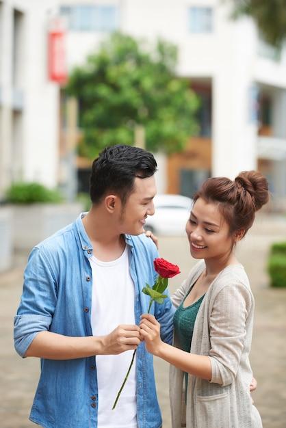 Rosa vermelha para encontro romântico Foto gratuita