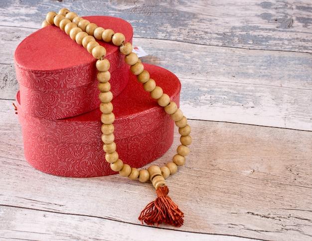 Rosário budista tibetano em caixas vermelhas Foto Premium