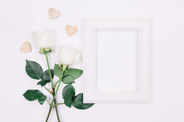 Rosas brancas com um quadro Foto gratuita