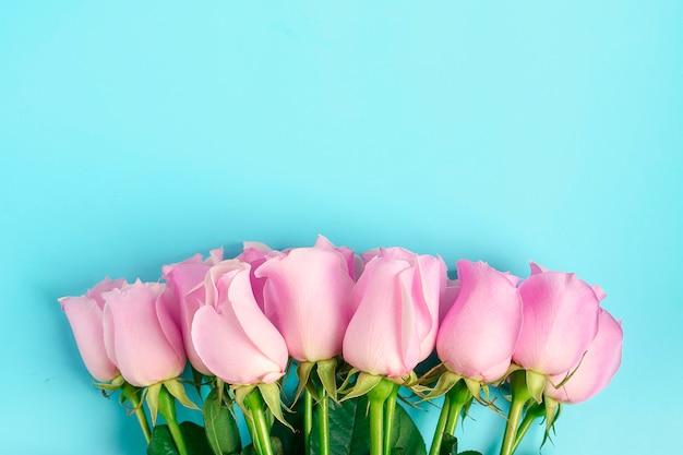 Rosas cor de rosa sobre fundo azul. Foto Premium