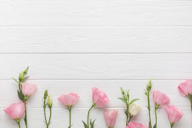 Rosas de jardim em um fundo de madeira cópia espaço Foto gratuita