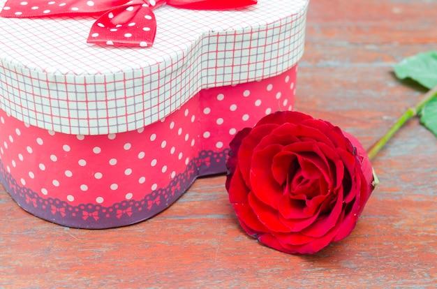 Rosas e presentes por ocasião do dia dos namorados. Foto Premium