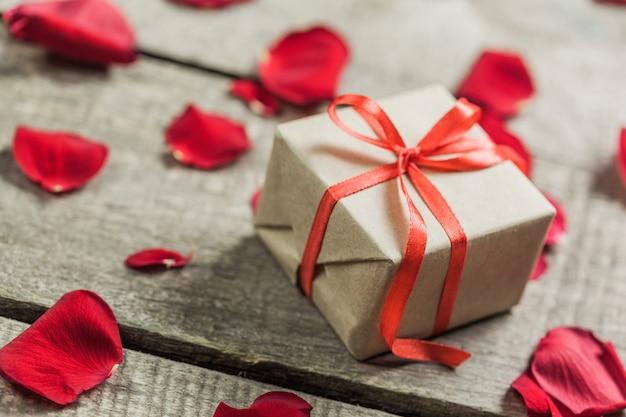 Rosas e um coração na placa de madeira Foto Premium