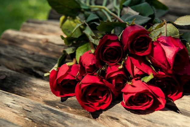 Rosas em fundo de madeira marrom. Conceito do dia do Valentim e conceito de amor. Foto Premium