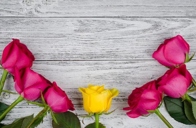 Rosas em um fundo de madeira Foto Premium