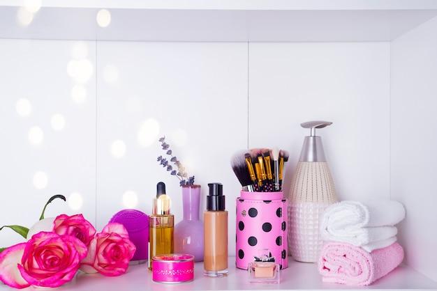 Rosas frescas e vários itens usados em tratamentos de spa para o dia dos namorados romântico Foto Premium