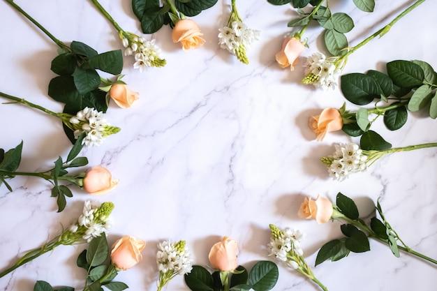 Rosas na superfície de mármore em um círculo Foto Premium