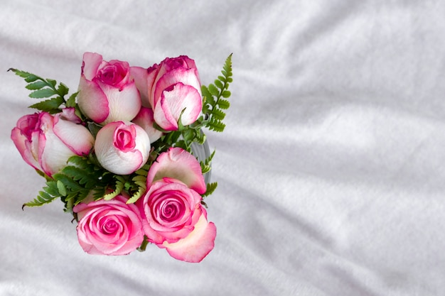 Rosas românticas de vista superior em uma tabela Foto gratuita