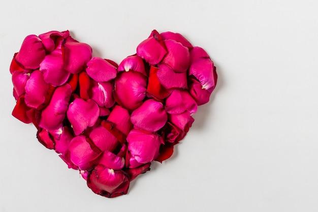Rosas vermelhas artísticas em forma de coração Foto gratuita