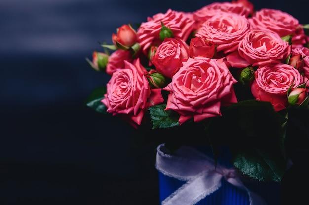 Roseira na cesta de variedade de barbados em fundo escuro Foto Premium