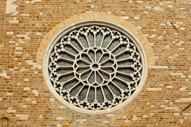 Rosewindow na igreja de st. giusto, trieste Foto Premium