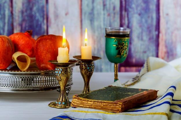 Rosh hashaná jewesh feriado conceito shofar, livro da torá, mel Foto Premium
