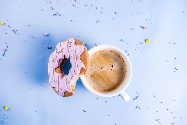 Rosquinha de xícara e biscoitos de café com cobertura de açúcar Foto Premium