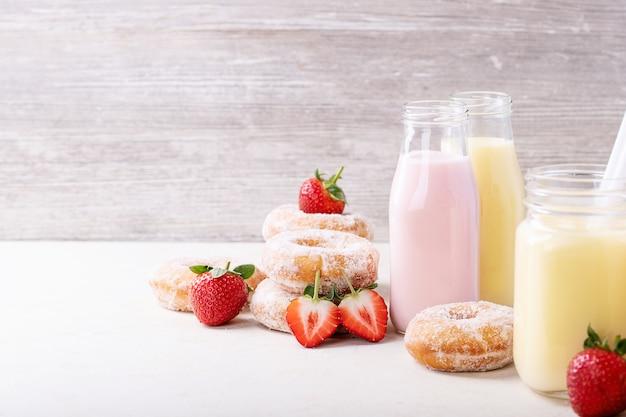 Rosquinhas de açúcar servidas com milkshakes Foto Premium