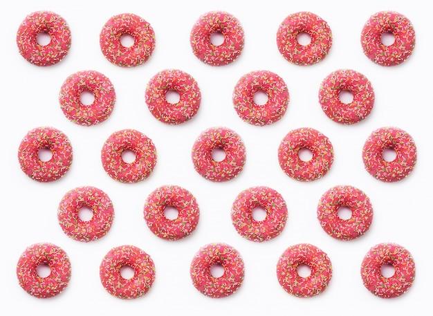 Rosquinhas de colagem rosa em esmalte em fundo branco Foto Premium