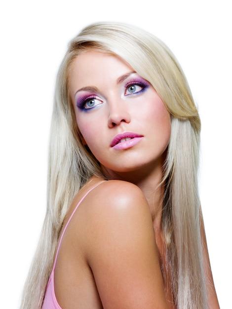 Rosto bonito com cores saturadas de maquiagem e cabelos longos lisos Foto gratuita