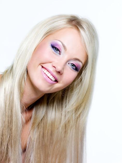Rosto bonito de uma mulher loira sorridente com cabelo longo reto longo Foto gratuita