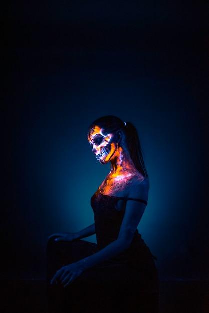 Rosto da menina pintado crânio uv Foto Premium