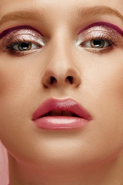 Rosto de beleza de mulher jovem modelo com olhos brilhantes e lábios Foto gratuita