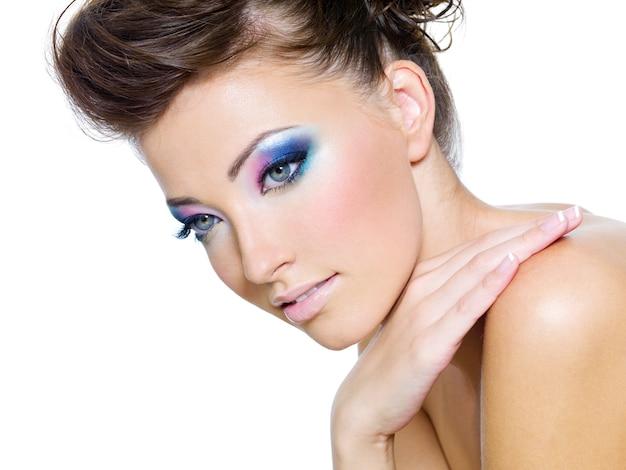 Rosto de mulher bonita com as cores de glamour da maquiagem dos olhos Foto gratuita