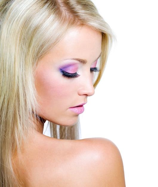 Rosto de mulher bonita com maquiagem saturada Foto gratuita