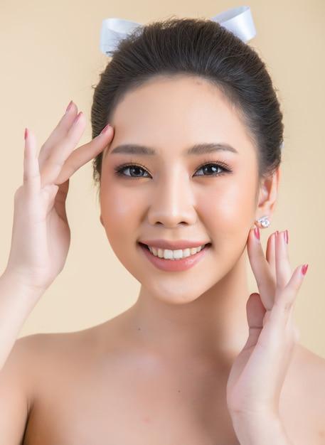Rosto de mulher bonita com maquiagem Foto gratuita