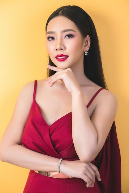 Rosto de mulher bonita. mão de maquiagem Foto gratuita