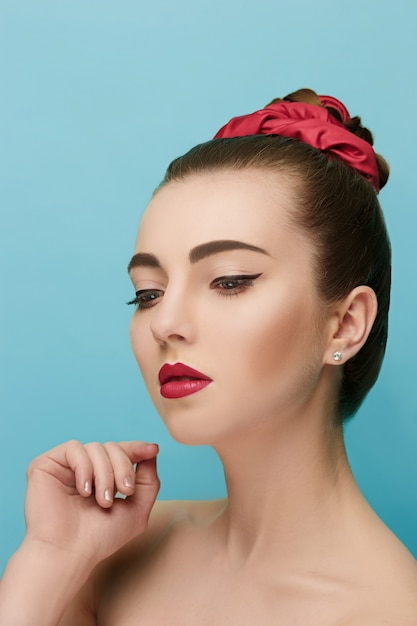 Rosto de mulher bonita. maquiagem perfeita. moda beleza Foto gratuita