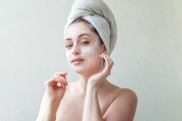 Rosto de mulher com creme ou máscara nutritiva. Foto Premium