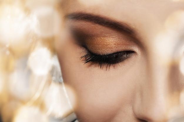 Rosto de mulher com maquiagem linda Foto gratuita