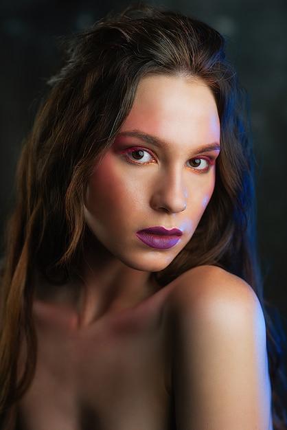 Rosto de mulheres de beleza. bela jovem modelo com maquiagem de rosto brilhante Foto Premium