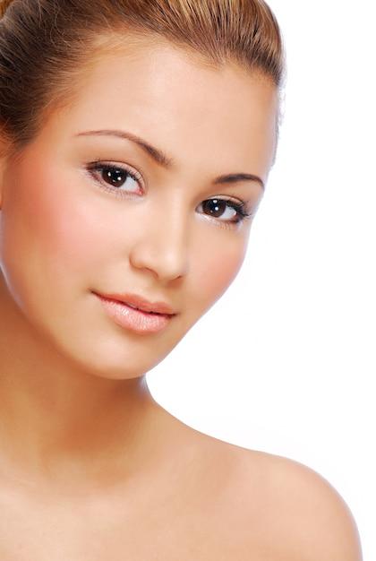 Rosto de sensualidade jovem linda mulher com pele perfeita Foto gratuita