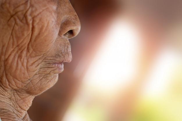Rosto de uma mulher idosa. Foto gratuita