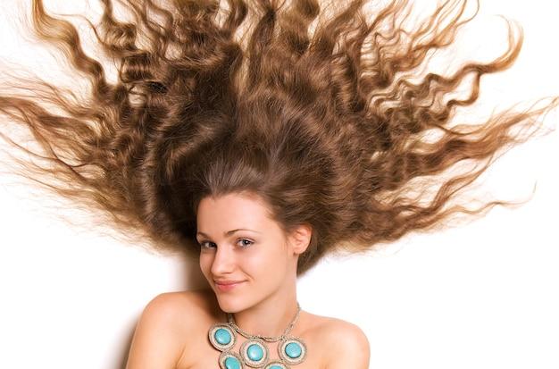 Rosto feminino jovem bonito, com longos cabelos loiros encaracolados Foto Premium