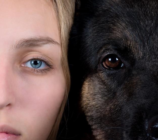 Rosto humano e cara de cachorro Foto Premium