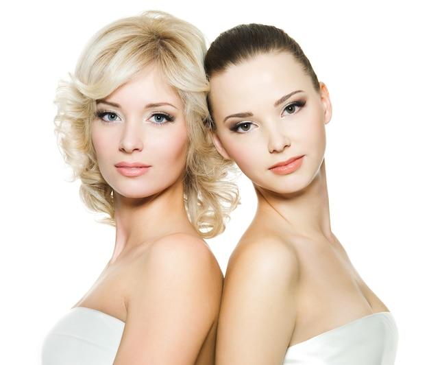 Rostos bonitos de belas mulheres jovens adultas sexy posando em branco Foto gratuita